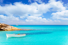 Es Calo de San Agusti mit Boot in Formentera Stockfoto