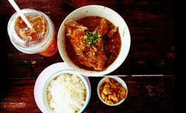 Es comida especial caliente y picante con arroz y jugo Fotos de archivo