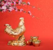 2017 es el año del gallo, gallo del oro con la decoración Imagen de archivo libre de regalías