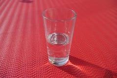 Es el semilleno de cristal o el semivacío Imagen de archivo