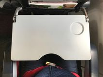 Es gibt Behältertabelle und Sicherheitsgurt für Passagier in jedem Stuhl im Flugzeug Stockfotografie