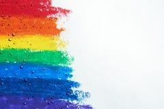 Es gibt die Wassertropfen, die über einem Regenbogen mit Zeichenstiften tropfen lizenzfreies stockbild