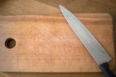 Es gibt ein Messer auf dem Brett lizenzfreies stockfoto