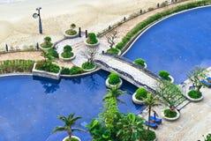 Es gibt ein Pool durch die Küste Stockfotos
