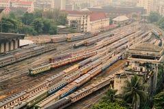 Es gibt viel Zuglastwagenpark und Warteurlaub an einer Kreuzung stockfoto