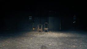 Es gibt zwei Stühle auf einem leeren Theaterstadium Das Ende des Spiels stock video footage