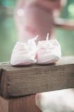 Es hora para esperar a un bebé Pequeños zapatos Imágenes de archivo libres de regalías