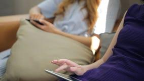 Es imagen del primer de las hembras que trabajan con PC y el teléfono móvil de la tableta metrajes