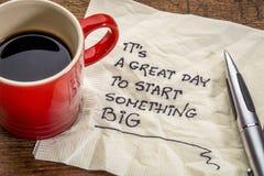 Es ist ein großer Tag, zum etwas zu beginnen, das auf Serviette groß ist Stockfotos