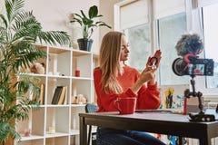 Es ist einfach! Seitenansicht jungen weiblichen Schönheit Blogger, der wie man beim Notieren des neuen Videotutoriums durch digit lizenzfreies stockfoto