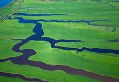 Luftaufnahme über dem kleinen Fluss Lizenzfreies Stockfoto