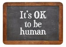 Es ist OKAY, menschlich zu sein - Tafelzeichen Lizenzfreie Stockfotos