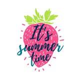 Es ist Sommerzeit Drucken Sie T-Shirt mit dem Text und den Dekor der Erdbeere Vektor Stockfoto