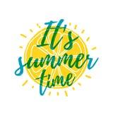 Es ist Sommerzeit Drucken Sie T-Shirt mit dem Text und den Dekor der Orange Vektor Lizenzfreie Stockfotografie