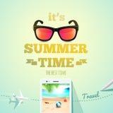 Es ist typografische Aufschrift der Sommerzeit auf Sommergegenstandhintergrund Sommerplakat Auch im corel abgehobenen Betrag Stockfoto