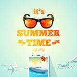 Es ist typografische Aufschrift der Sommerzeit auf Sommergegenstandhintergrund Sommerplakat Auch im corel abgehobenen Betrag Stock Abbildung