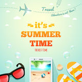 Es ist typografische Aufschrift der Sommerzeit auf Sommergegenstandhintergrund Sommerplakat Auch im corel abgehobenen Betrag Vektor Abbildung