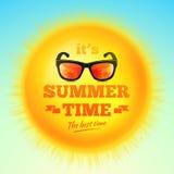 Es ist typografische Aufschrift der Sommerzeit mit Sonnenbrille auf realistischer Sonne 3D Auch im corel abgehobenen Betrag Stockbild