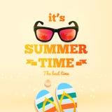 Es ist typografische Aufschrift der Sommerzeit mit Sonnenbrille, Paar Flipflops, Oberteil Sommerplakat Auch im corel abgehobenen  Lizenzfreie Stockbilder