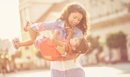 Es ist wichtig für die Mutter, das Kind glücklich zu machen lizenzfreies stockfoto