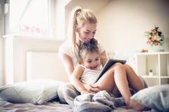 Es ist Zeit, Karikatur mit Mama aufzupassen Kleine Ballerina Stockbild