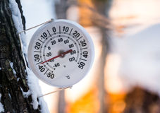 Es ist zu kalte Außenseite analoge Thermometeraußenseite zeigt Temp am Mangel 36 Grad Celsius an Stockbild