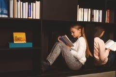 Es más conveniente leer adentro el estante para libros Foto de archivo libre de regalías