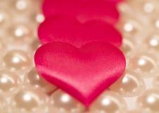 Es muchos corazones rosados en un fondo ligero Imágenes de archivo libres de regalías