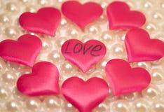 Es muchos corazones rosados en un fondo ligero Fotos de archivo