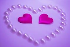 Es muchos corazones rosados en un fondo ligero Imagenes de archivo