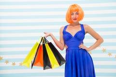 Es negocio Moda Ventas negras de viernes La mujer feliz va a hacer compras Compras felices en línea Buenas fiestas Muchacha loca foto de archivo libre de regalías