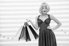 Es negocio Moda Ventas negras de viernes La mujer feliz va a hacer compras Compras felices en l?nea Buenas fiestas Muchacha loca fotografía de archivo libre de regalías