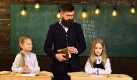 Es nimmt Disziplin, um die beste Lektion der Disziplin in der Schule, schoolgils Disziplin zu sein ernster Lehrer wünscht gutes stockbild