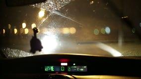 Es noche que nieva Vista del camino del coche a través del parabrisas almacen de metraje de vídeo