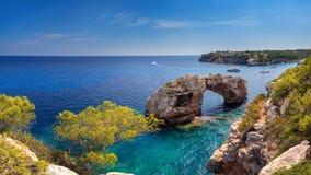 Es Pontas in Mallorca mit Boot verankerte in der Nähe stockfoto