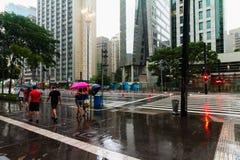 Es regnet in der Paulista-Allee stockfotografie