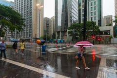 Es regnet in der Paulista-Allee lizenzfreie stockfotografie