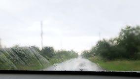 Es regnet regnen Sie die Tropfen, die auf das Glas des Autos fallen stock video