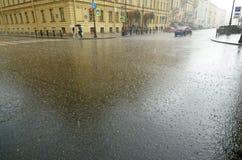 Es regnet schwer in der Stadt stockbild