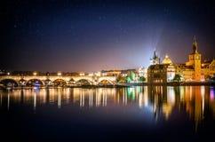 Es ` s Abend in der Stadt von Prag Ansicht der Charles-Brücke und -sternes Lizenzfreie Stockfotos