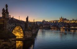 Es ` s Abend in der Stadt von Prag Ansicht des Schlosses und der Charles-Brücke Stockfotografie