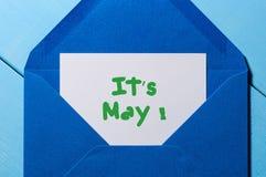 Es ` s Mai - Mitteilung am blauen Umschlag Internationaler Werktag Stockbild