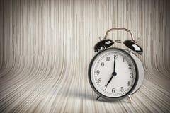 Es ` s sieben O ` Uhr bereits, Zeit, zum Frühstück, alter schwarzer metallischer Wecker der Weinlese aufzuwachen Stockfotos