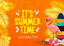 Es ` s Sommerzeit ließ ` s Spaß mit Flamingo, Surfbrett, Blumen, Palmblätter haben im orange Hintergrund vektor abbildung
