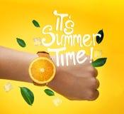 Es ` s Sommerzeittypographie Männliche Handtragende Frucht-Orange Watc Stockfotos