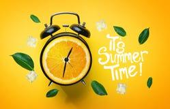 Es ` s Sommerzeittypographie Wecker orange Frucht-Grüns L Lizenzfreie Stockbilder