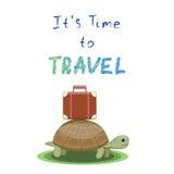Es s-Zeit zu reisen Schildkröte geht auf eine Reise mit einem Koffer Lizenzfreie Stockfotografie