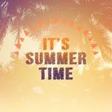 Es Sommerzeitwörter auf Schattenbild des Kokosnussbaums Stockfotografie