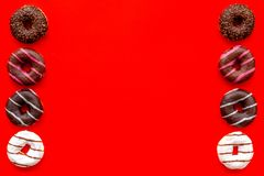 But?es toriques am?ricaines traditionnelles de diff?rentes saveurs sur la maquette ?tendue plate de fond rouge images stock