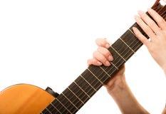 Es un contenido real de la música del alma Muchacha que sostiene la guitarra aislada Imagenes de archivo